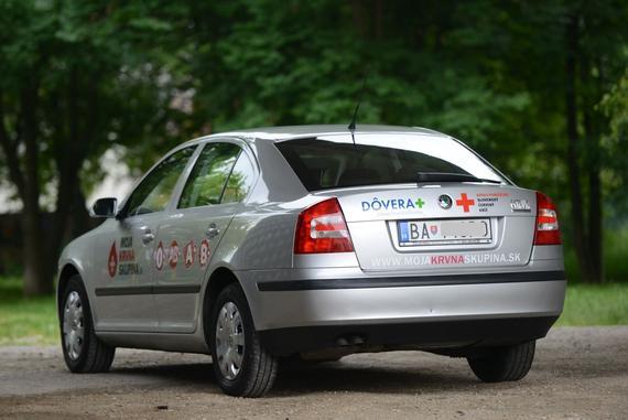 Auto s logom Moja krvná skupina pre Slovenský Červený kríž