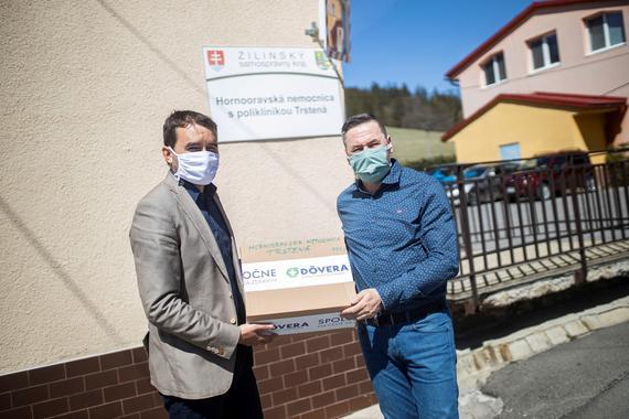 Odovzdanie respiratorov Nemocnica Trstena.jpg
